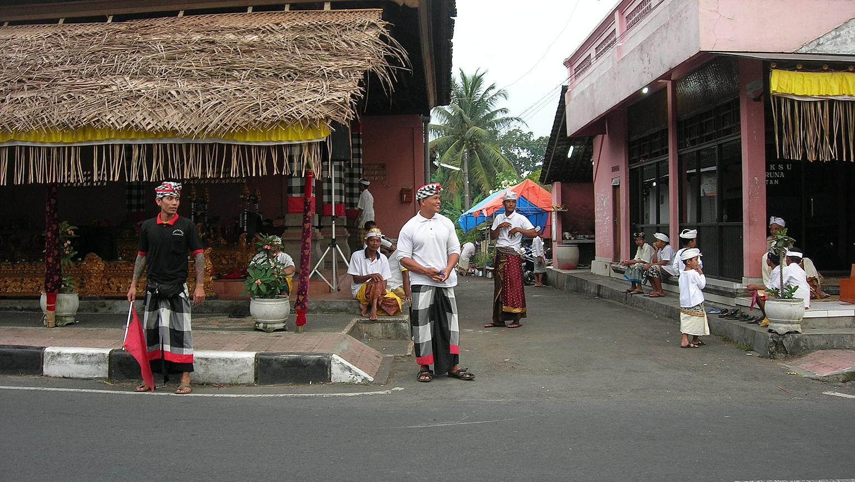 Image Village et pistes africaines en Mobylette