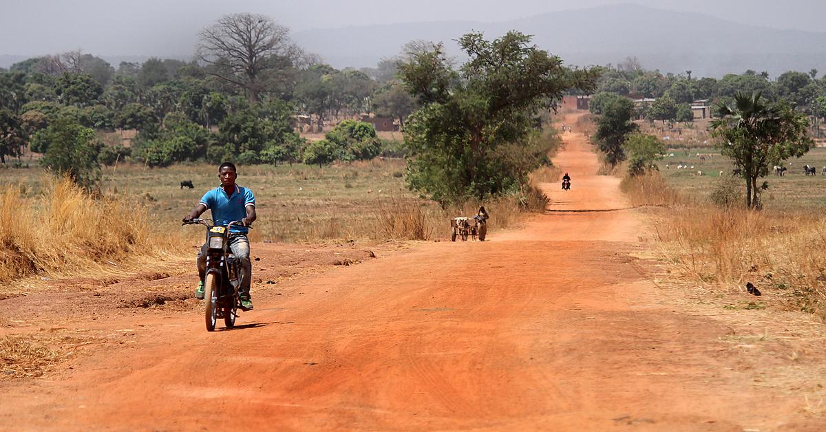 Voyage en véhicule : Village et pistes africaines en Mobylette