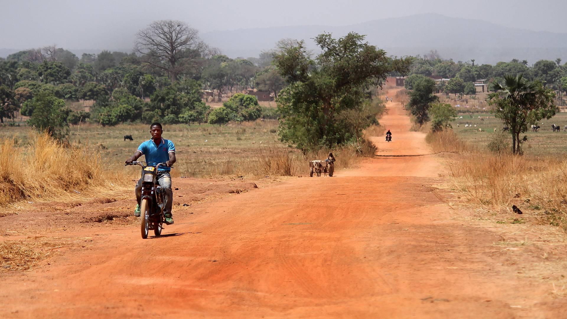Village et pistes africaines en Mobylette