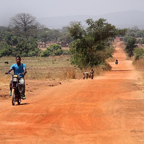 Village et pistes africaines en Mobylette -