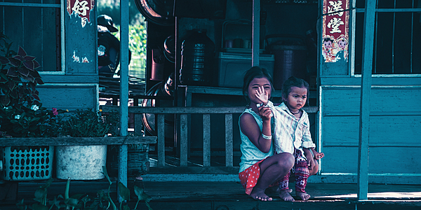 Enfants sur les rives du lac Tonlé Sap
