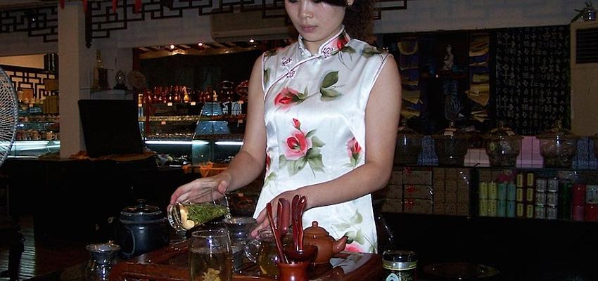 La preparación del té explicada por una experta en Shanghái @Didier Deshayes