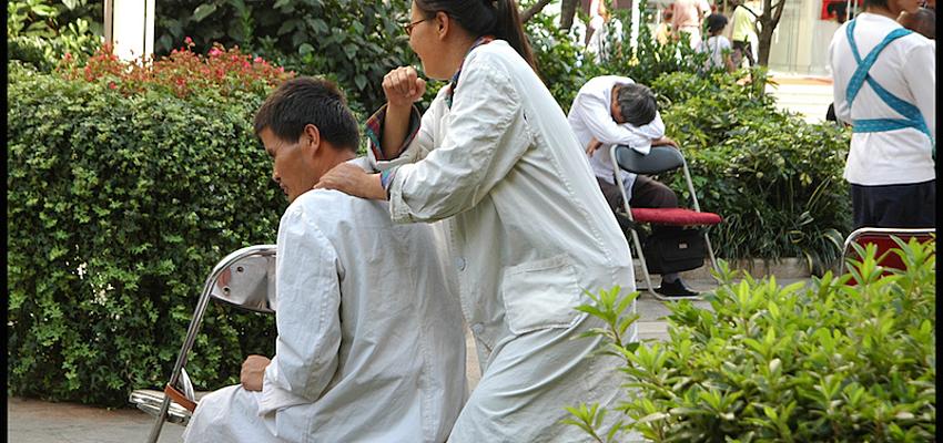 Masaje en las calles de Kunming @flickr cc Richard Weil