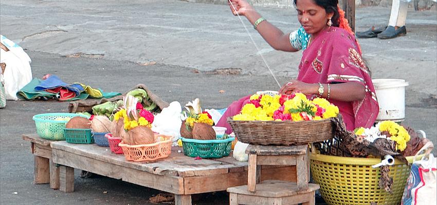 Une femme dans un marché en Inde