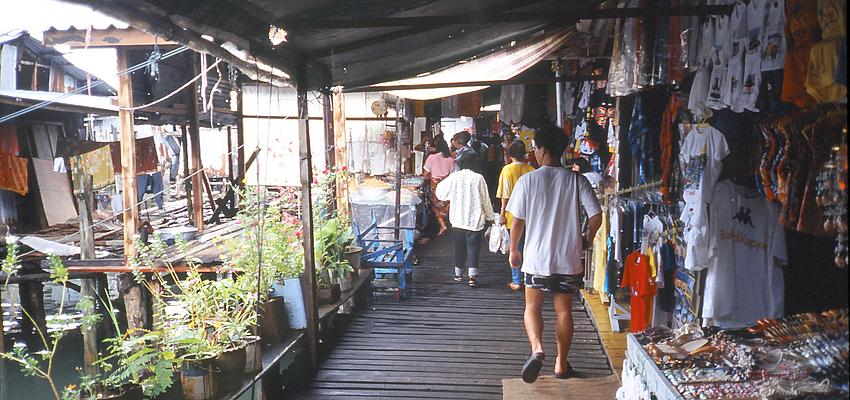Una calle de tiendas en Tailandia