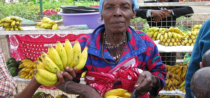 Femme marché Tanzanie.