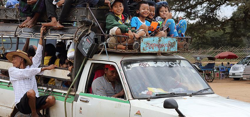 Niños birmanos en coche