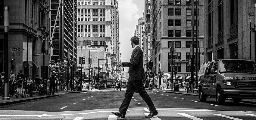 Un hombre de negocios caminando por la calle