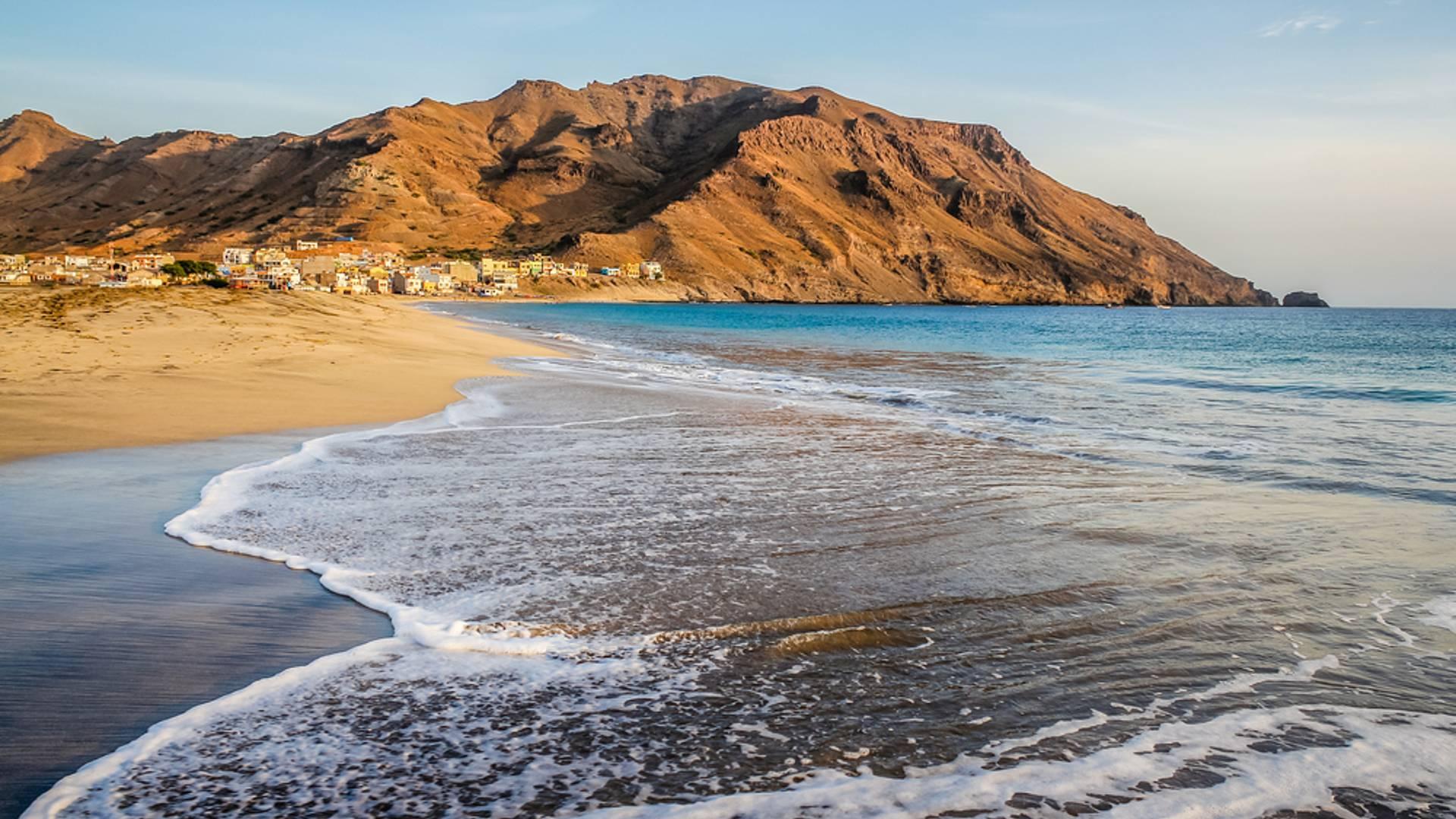 Vallées tropicales et plage de sable blond