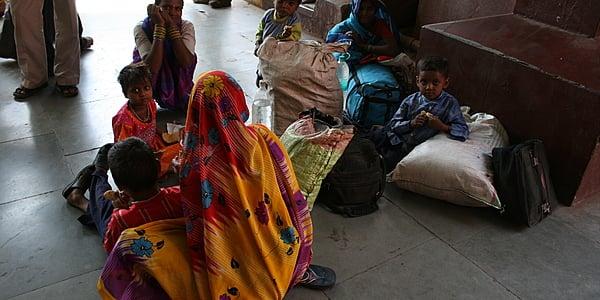 Una familia en una estación de Tamil Nadu