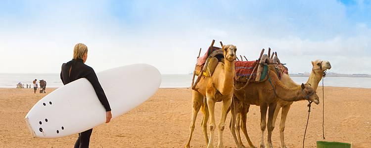 Surf tra le onde dell'atlantico Marocchino