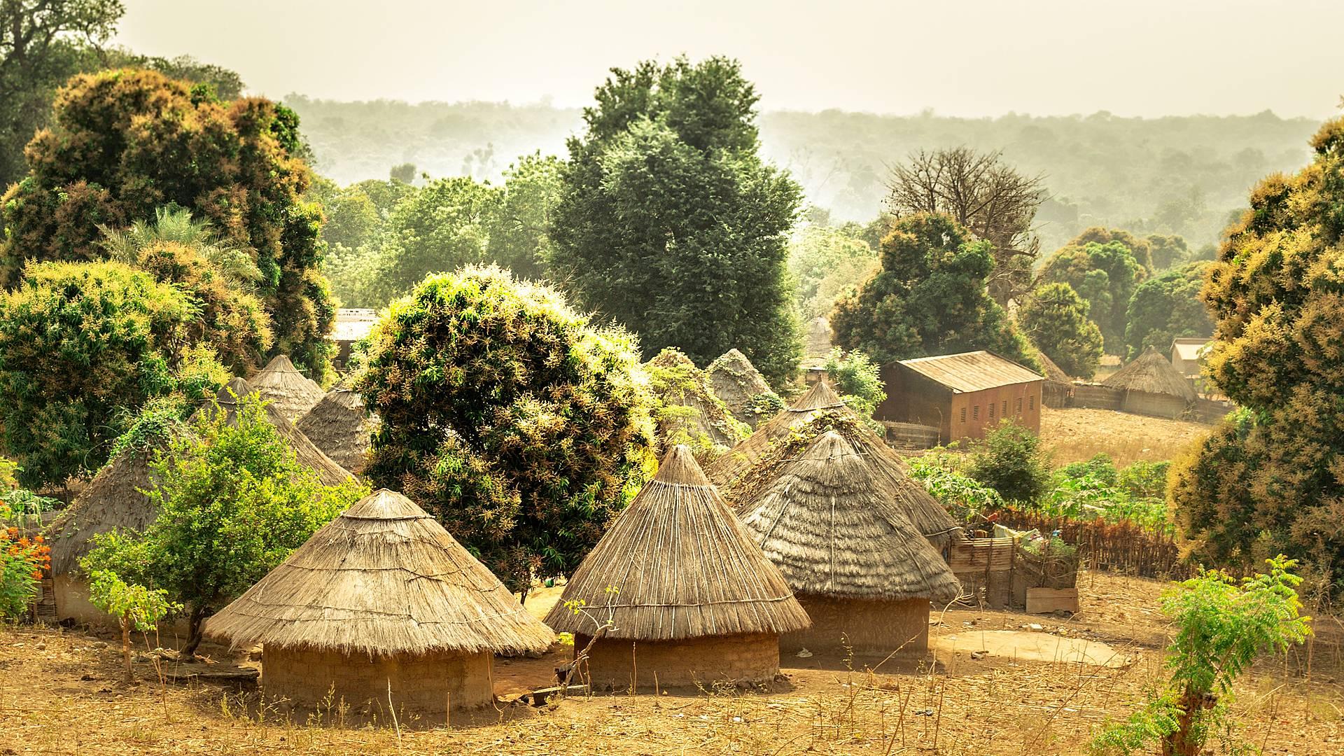 Kulturelle Vielfalt und landestypische Unterkünfte in der Casamance