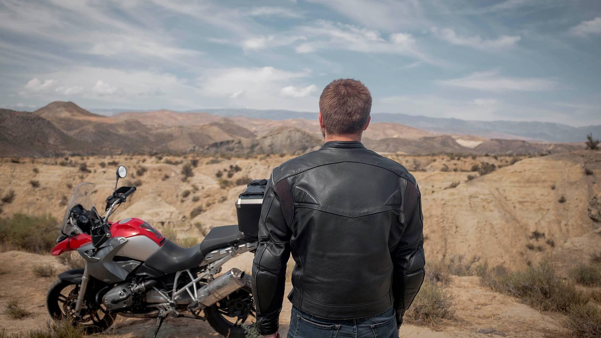 In moto tra le dune del deserto
