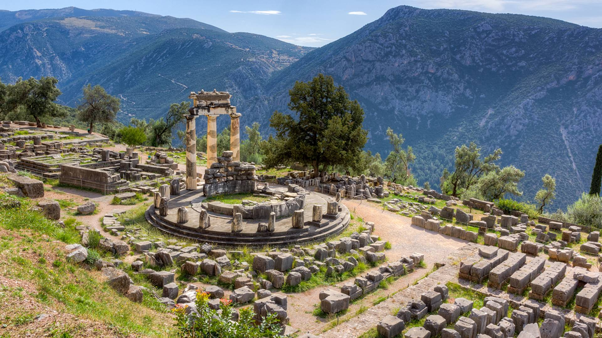 Découverte de sites d'exception du Péloponnèse à l'île de Santorin