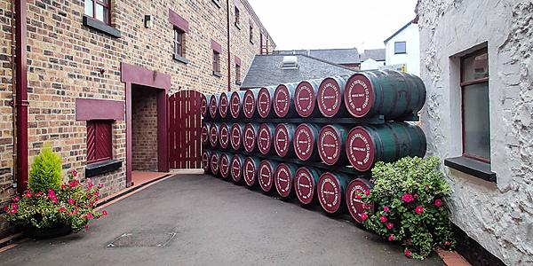 L'entrée de la distillerie Bushmills