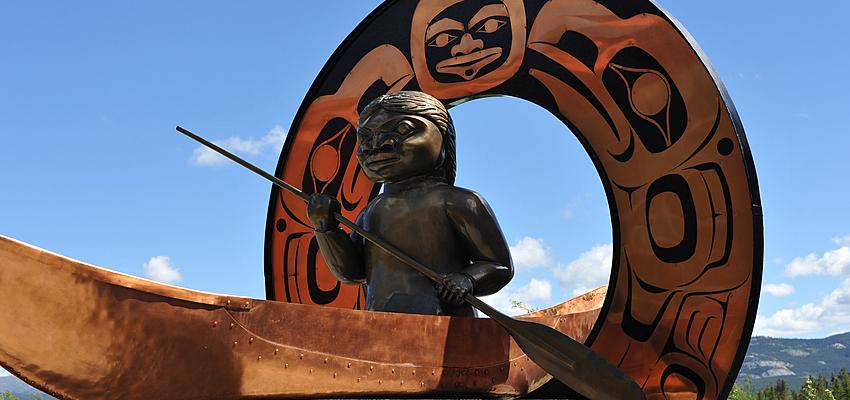 Un canoé autochtone au Yukon