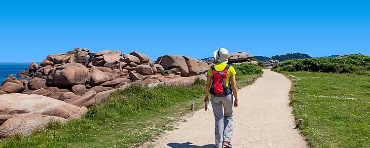 Wandern entlang der rosa Granitküste