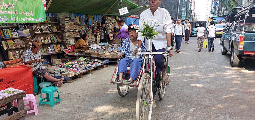 Vélo-taxi dans les rues de Yangon