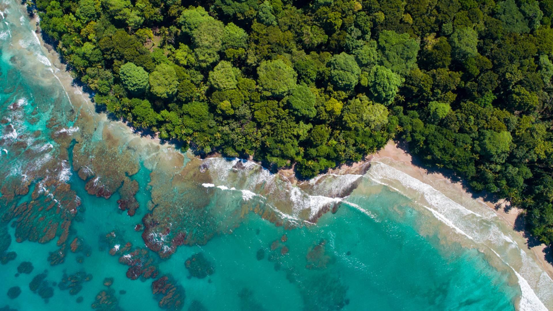 Entre trésors cachés et plages sauvages en petit groupe
