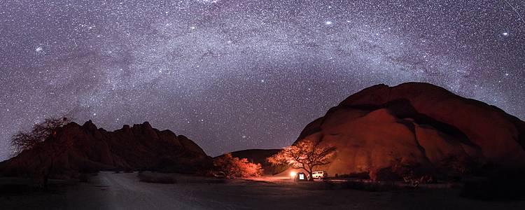 Bivouac sous le ciel étoilé du désert de Namib