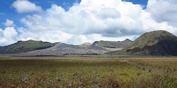 Dans la caldeira du volcan, direction le cratère...