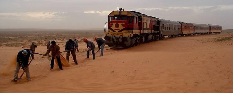 Mit dem Wüstenzug durch die Dünen