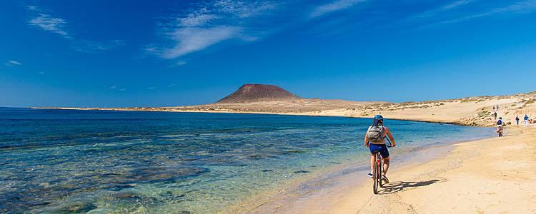 Lanzarote con casas rurales, acantilados e Islas