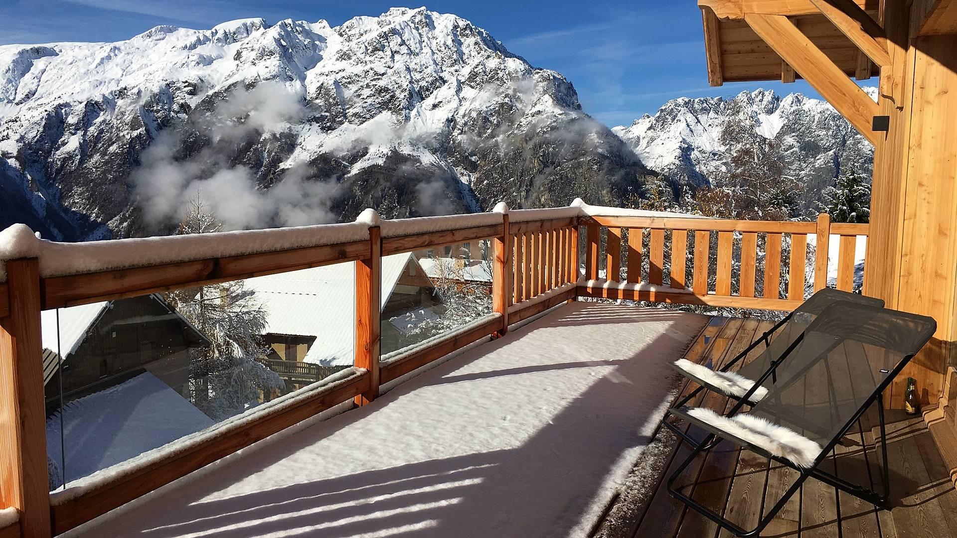 Un balcon avec vue, votre chalet en Oisans, entre amis, glisse et air pur.