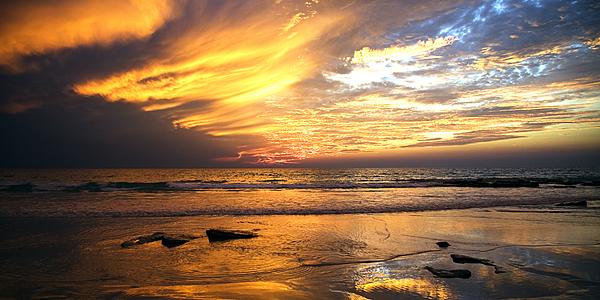 La exótica playa de Cable Beach durante una puesta de sol