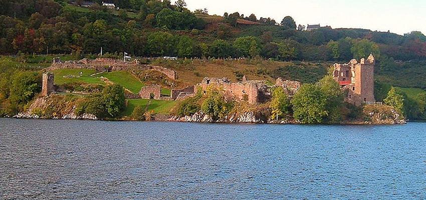 Ruinas del castillo Urquhart en el Loch Ness