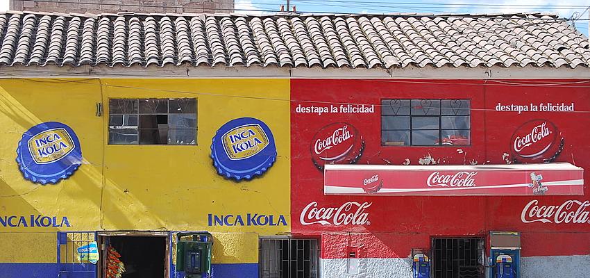 La guerra entre Inca Kola y Coca-Cola en un muro de Cuzco