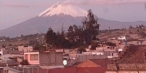 Coucher de soleil sur les toits de Latacunga et le Cotopaxi
