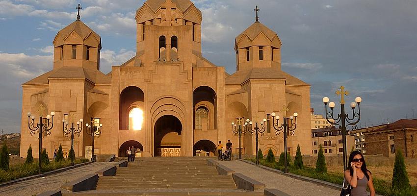 Acceso a una iglesia en Armenia