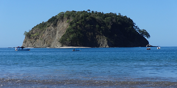 Roca en el Pacífico en la costa de la playa de Sámara