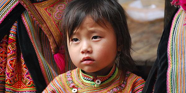 Una pequeña niña Hmong Flor
