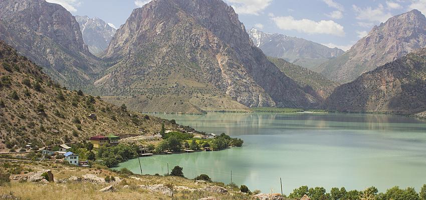 Montagnes et lac au Tadjikistan