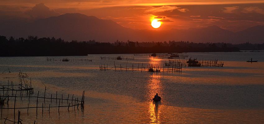 Puesta de sol sobre el río Thu Bon