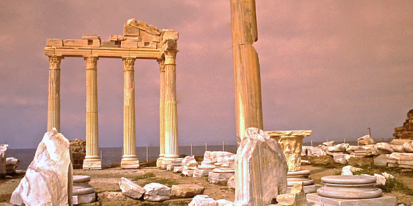 Ruinas del templo de Apolo en Side, Turquía