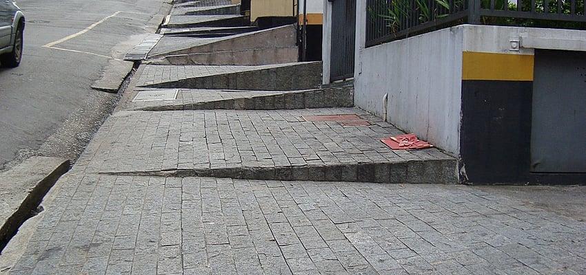 En las ciudades, las aceras son un gran desafío