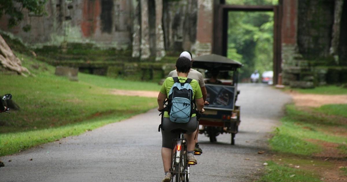 Voyage en véhicule : Des temples d\'Angkor à Battambang en vélo, à pied et en bateau