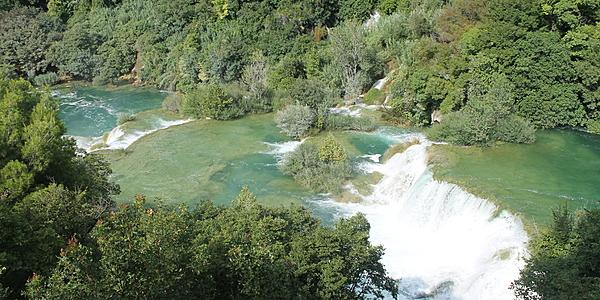 El agua brota por todas partes en los parques croatas