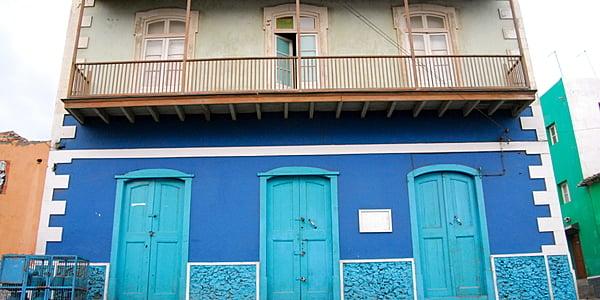 Belle sobrado bleue, à Sao Filipe