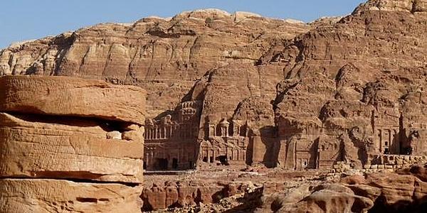 Vue sur les tombes royales depuis le théâtron