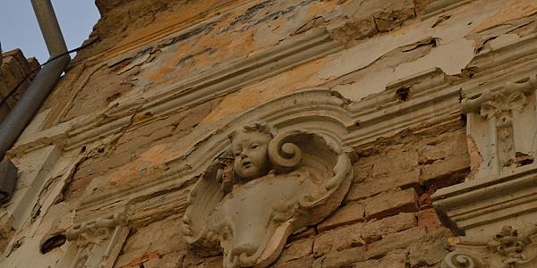 Detalle de una fachada barroca dañada, Vukovar