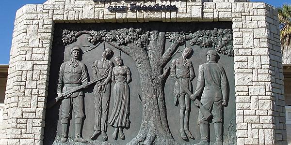Rilievo che decora il piedistallo del Genocide Memorial di Windhoek