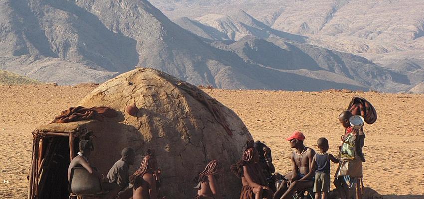 Population himba, dans le nord du pays