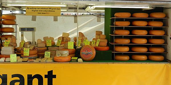 Sur un marché aux fromages