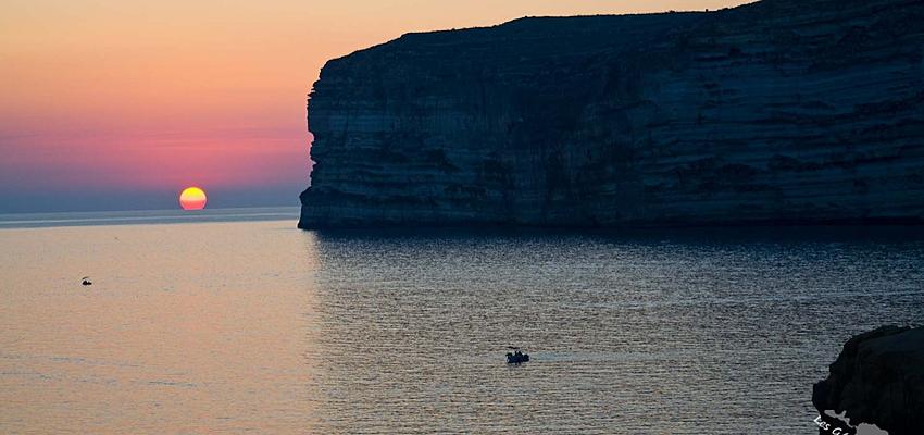Coucher de soleil sur la baie de Xlendi et ses falaises