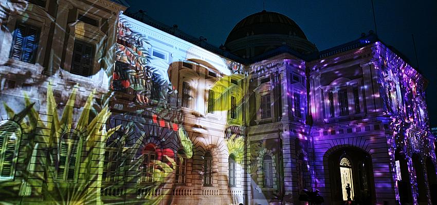 Festival de nuit sur la façade d'un musée à Singapour
