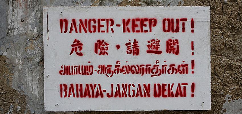 Affiche dans différentes langues à Singapour